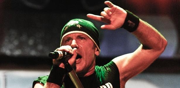 Bruce Dickinson canta em show do Iron Maiden em São Paulo (26/03/2011)