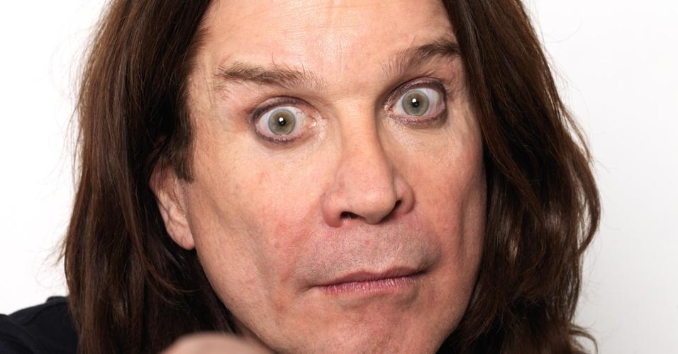 Ozzy Osbourne posa para foto de divulgação em Londres (07/05/2010)