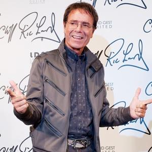 O músico britânico Cliff Richard durante sessão de fotos em Londres