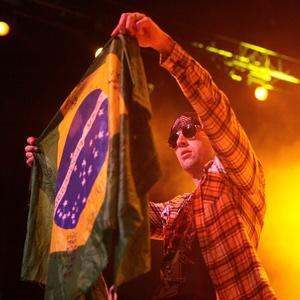 M. Shadows, vocalista do Avenged Sevenfold, mostra bandeira do Brasil em show da banda em SP