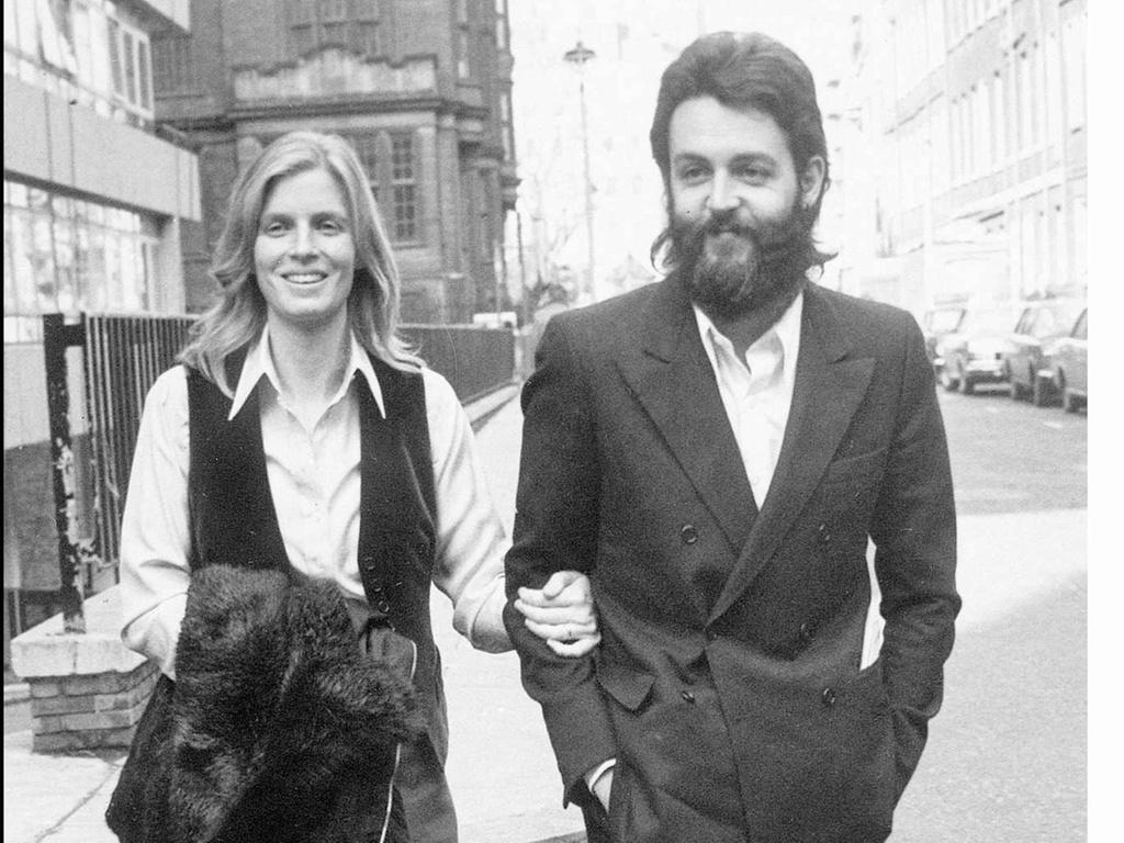 Linda e Paul McCartney no Reino Unido em 1971