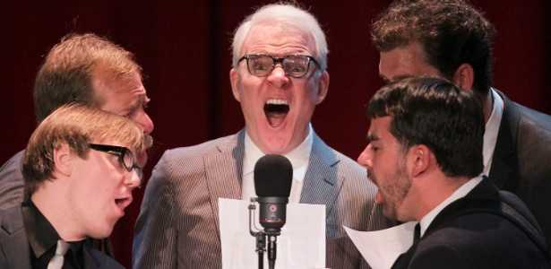 Steve Martin e a banda Steep Canyon Rangers durante show no The Largo at The Coronet, em Los Angeles (01/05/2011) - Getty Images