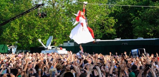 """Lady Gaga faz uma participação no programa das ABC """"Good Morning America"""", com performance no Central Park, em Nova York (27/5/11)"""