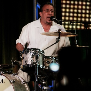 Percussionista Bobby Sanabria se apresenta no hotel Ritz-Carlton Huntington em Pasadena, na Califórnia (02/08/2009) - Getty Images
