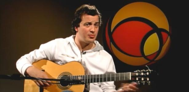 O jornalista, humorista e violonista Rafael Cortez durante entrevista ao UOL Música