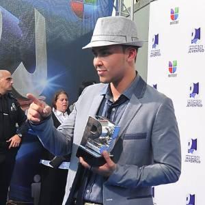 Cantor Prince Royce segura troféu vencido no Prêmio Juventud, em Miami (21/07/2011) - EFE