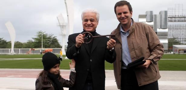 Roberto Medina, idealizador do Rock in Rio, recebe a chave do prefeito Eduardo Paes (2/9/2011)