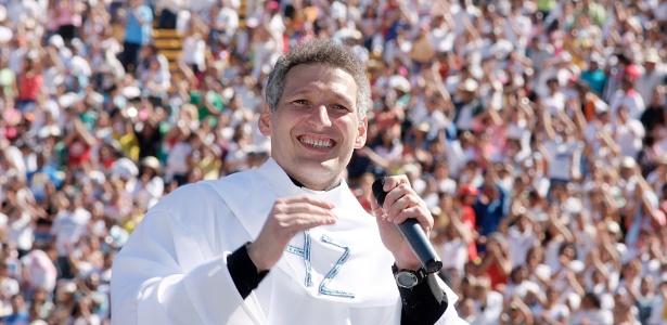 """Padre Marcelo em show de 2006, no Estádio do Morumbi, em São Paulo. Ele foi acusado de desvirtuar as práticas católicas e de transformar a missa em """"circo"""""""