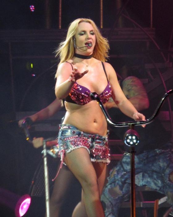 """No show de lançamento da turnê """"Femme Fatale"""", Britney Spears exibe """"pancinha"""" (28/10/2011)"""