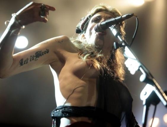 Courtney Love deixa o seio à mostra durante show no SWU
