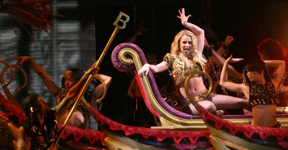Com biquíni dourado, Britney Spears encerra turnê no Brasil (18/11/11)