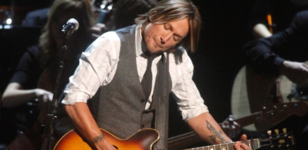 Cantor Keith Urban se apresenta em tributo a Glen Campbell no 45º County Music Associaton Awards em Nashville, Tenessee (9/11/2011)