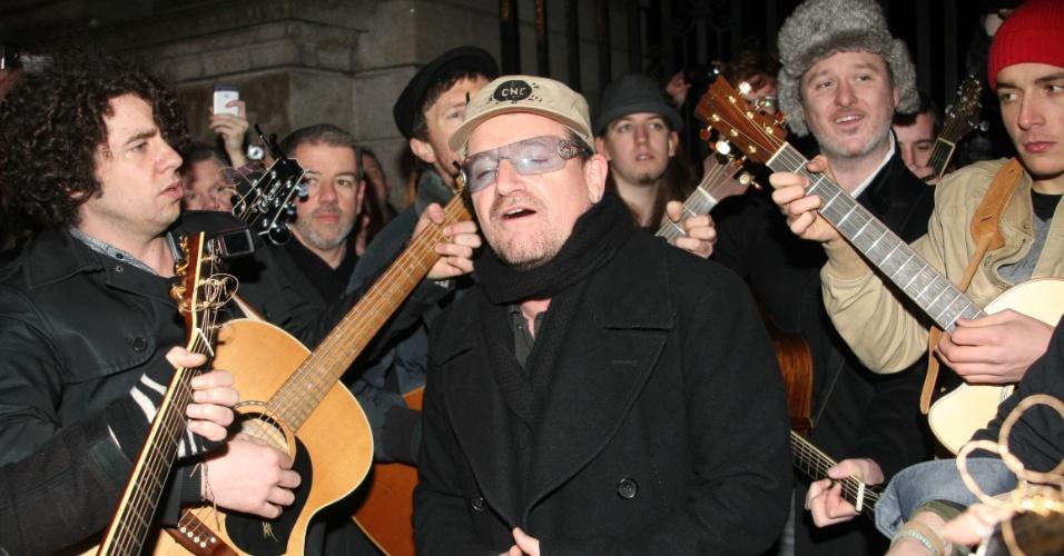 Vocalista do U2, Bono Vox, faz show nas ruas da Irlanda e atrai fãs (25/12/11)