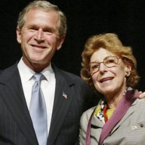 Helen Frankenthaler e George Bush em cerimônia em Washington (27/12/2011) - AP Photo/Pablo Martinez Monsivais