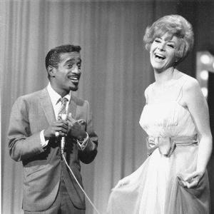 A cantora Kanye Stevens ao lado de Sammy Davis Jr. durante uma apresentação em um programa de TV, em 6 de janeiro de 1967