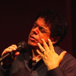 O cantor Wando se apresenta no bar Brahma, em São Paulo (4/12/10)