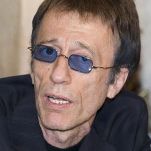 Ex-integrante do Bee Gees, o cantor Robin Gibb participa de entrevista em Moscou, na Rússia (15/3/2008) - REUTERS/Alexander Natruskin