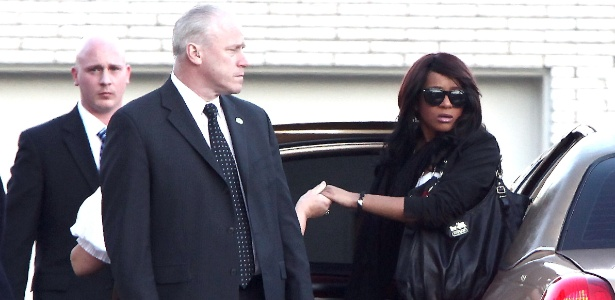 Bobbi Kristina, filha de Whitney Houston, estaria envolvida com drogas