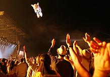 Público acena para porco inflável durante show de Roger Waters no Coachella (27/04/2008)
