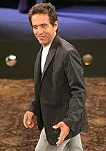 O estilista Ricardo Almeida, que tradicionalmente abre o SPFW, na temporada de Inverno (18/01/06)
